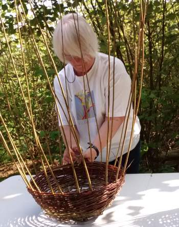 Tricky but so satisfying - make your own round basket from Wassledine's willow